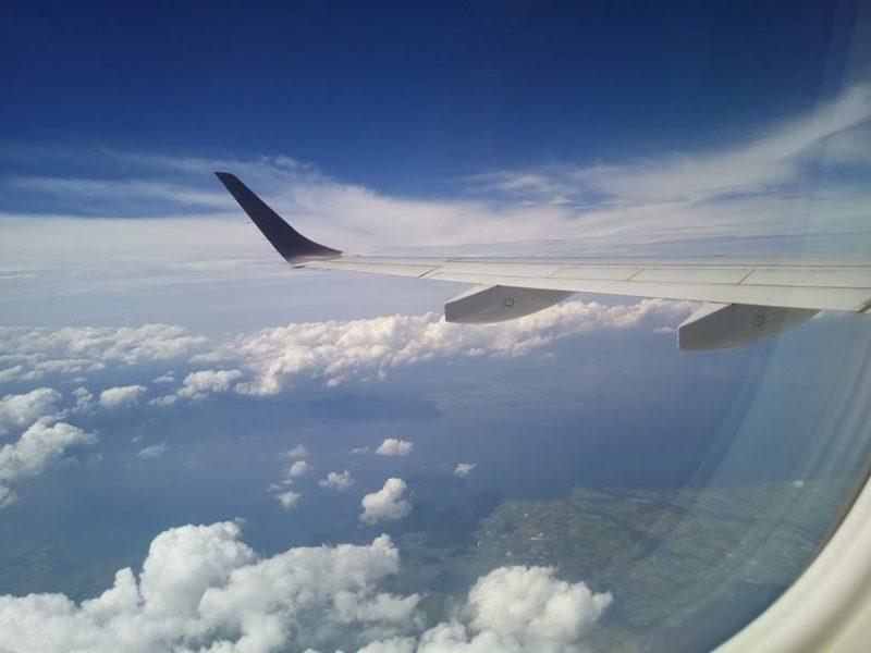 琵琶湖上空を飛ぶ飛行機